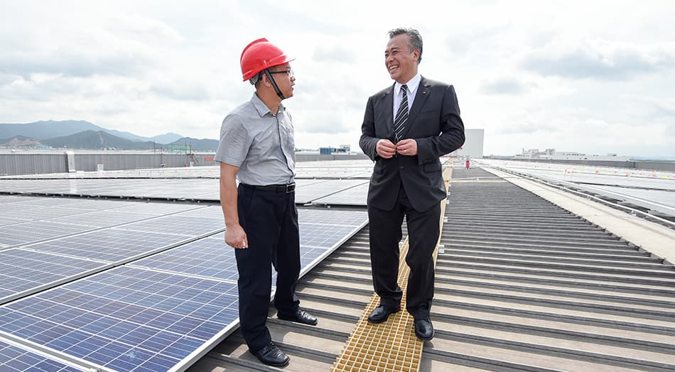 Lee Kum Kee Sauce Group Chairman Mr. Charlie Lee visits the photovoltaic power station with guests.