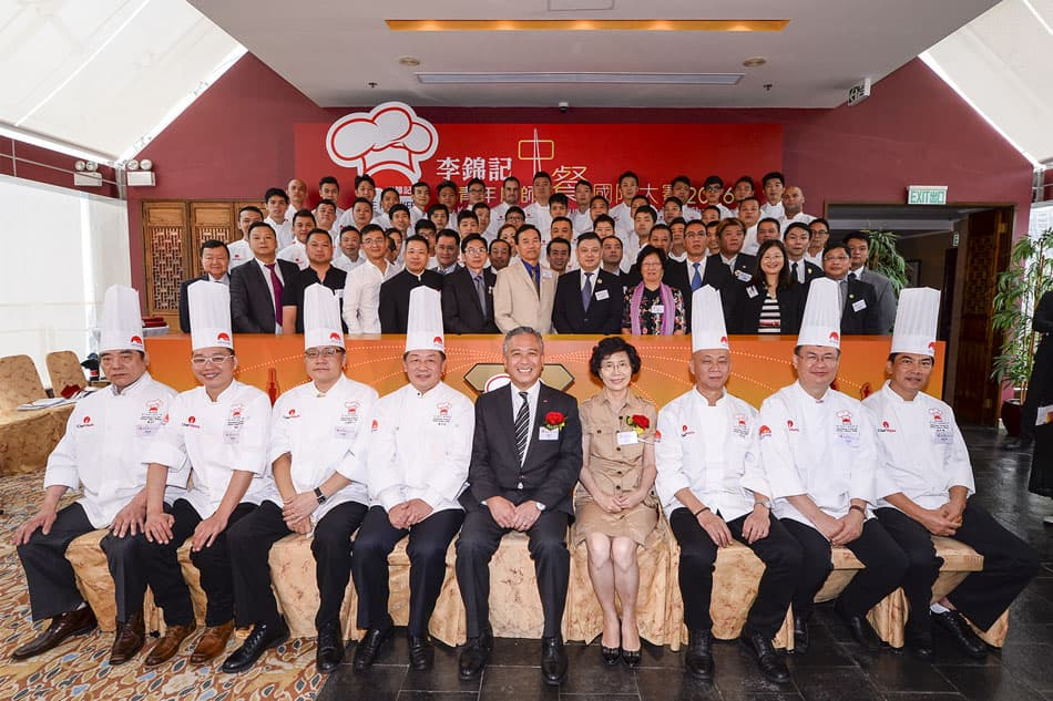 Charlie Lee, Lee Kum Kee Sauce Group Chairman, and Madam Shang Ha-ling, Secretary-General of the World Federation of the World Federation of Chinese Catering Industry (WFCCI) joined the 7 influential judges and 21 Chinese culinary associations to offer their active encouragement to the 43 contestants of Lee Kum Kee Chinese Culinary Challenge 2016 from 13 regions around the world before the challenge began.