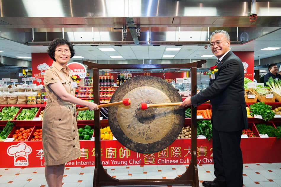 Charlie Lee, Lee Kum Kee Sauce Group Chairman, and Madam Shang Ha-ling, Secretary-General of the World Federation of Chinese Catering Industry (WFCCI) sounded the traditional gong to kick start Lee Kum Kee International Young Chef Chinese Culinary Challenge 2016.