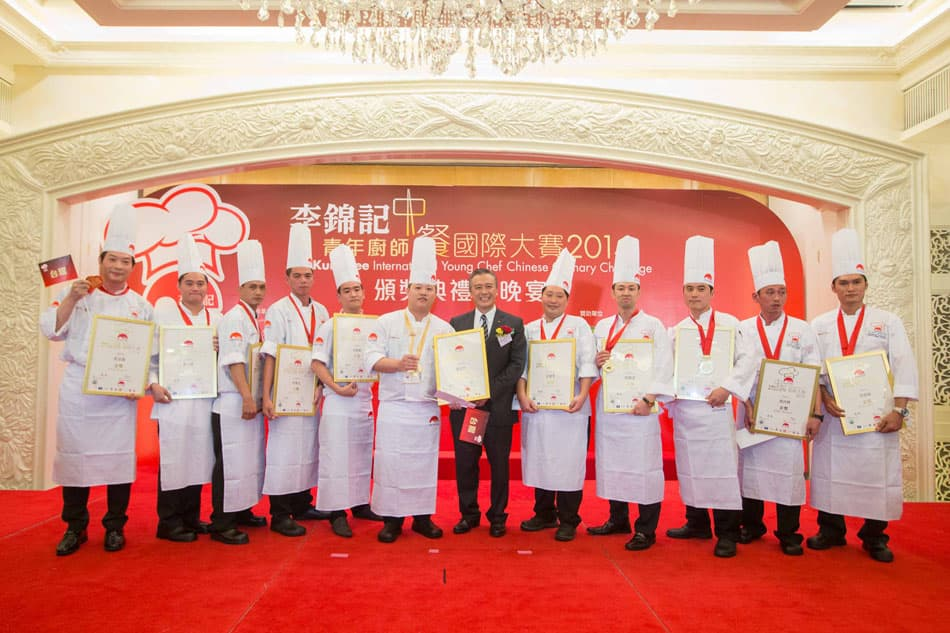 Winner of the Gold with Distinction Award, Chuang Yu-Hsien from Taiwan, and 10 Gold medallists received the honour from Mr. Charlie Lee, Chairman and CEO of Lee Kum Kee Sauce Group.