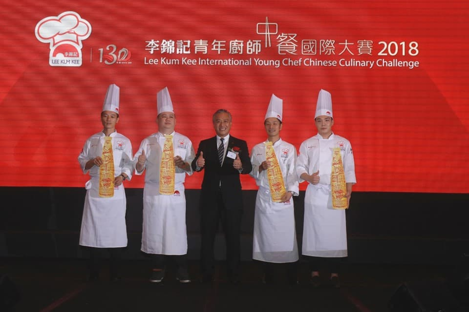 "Mr. Charlie Lee, Lee Kum Kee Sauce Group Chairman (centre), presented the prizes to Joung Duck Su (Korea), champion and winner of the ""Lee Kum Kee 130th Anniversary Best Heritage Tasting Award"" (first from right), and the three Gold Award winners Yip Gian Ding (Malaysia) (second from left), Yuan Jian Hua (China) (first from left) and Hikita Shoichiro (Japan) (first from right)"